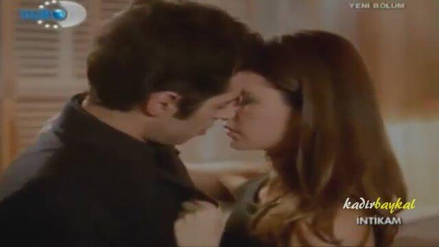 Beren Saat'ten cesur öpüşme sahnesi!